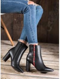Stilingi batai su raudona dekoratyvine juostele - T2161B